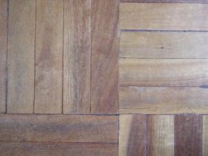Vinylboden kann mit dem passenden Vinylkleber befestigt werden