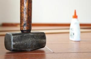Mit dem passenden Vinylschneider kann der Vinylboden einfach geschnitten werden