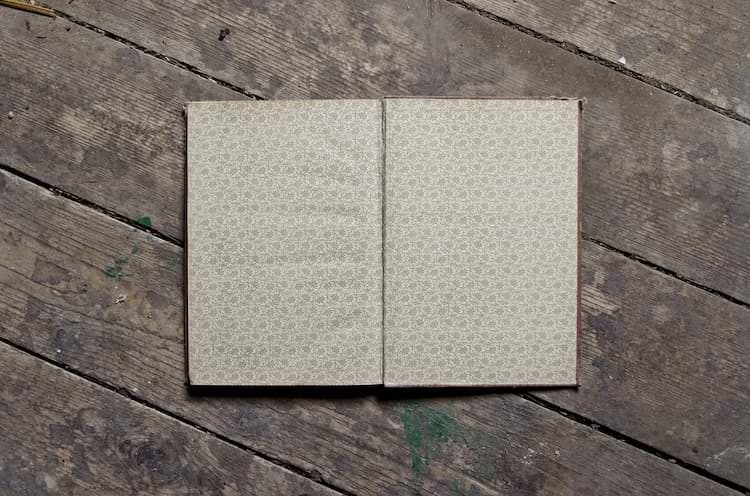 Buch liegt auf Vinylboden